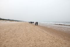 Praia pelo mar Báltico no inverno fotos de stock royalty free