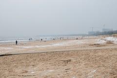 Praia pelo mar Báltico no inverno imagens de stock royalty free