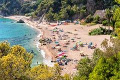 Praia pequena no dia ensolarado em Costa Brava Fotografia de Stock