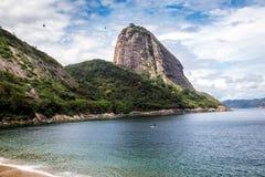 A praia pequena perto do naco de açúcar Foto de Stock