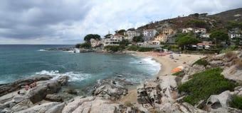 Praia pequena Spiagga di Seccheto no sul da ilha da Ilha de Elba Fotografia de Stock