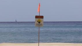 Praia perigosa do shorebreak da praia de Makaha na ilha de Oahu em Havaí video estoque