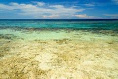 Praia perto da cidade de Poso indonésia imagem de stock royalty free