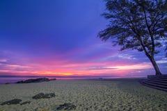 A praia perto da estátua popular da sereia na pedra na praia de Samila na província de Songkhla no nascer do sol Imagem de Stock Royalty Free