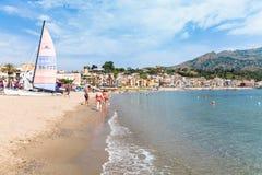 Praia perto da margem de Giardini Naxos Fotos de Stock Royalty Free
