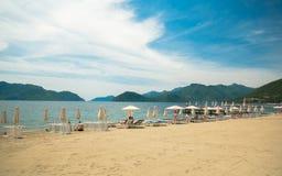 Praia perto do hotel Fotos de Stock Royalty Free