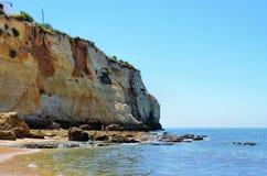 Praia perto do penhasco fotografia de stock royalty free
