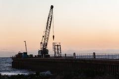Praia Pier Crane da construção Fotos de Stock Royalty Free