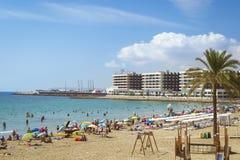 Praia Playa del Postiguet perto do castelo Santa Barbara, Alicant imagens de stock