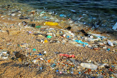 Praia poluída com plástico foto de stock