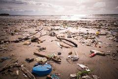 Praia poluída com plásticos e desperdício imagens de stock