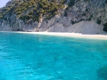 Praia popular de Egremnoi, Lefkada, Grécia Vista da água azul do mar fotografia de stock