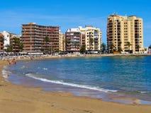 Praia popular Torrevieja de Sunny Mediterranean, Valência, Espanha fotografia de stock