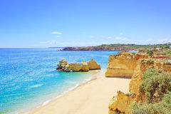 Praia Portimao da Dinamarca Rocha do Praia. O Algarve. Portugal Imagem de Stock
