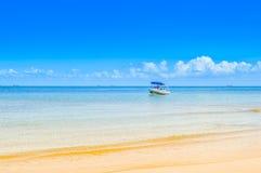 Praia portuguesa bonita da ilha com água de turquesa, Mozambiq Imagens de Stock