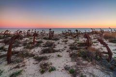 Praia portuguesa Tavira, âncoras do cemitério Foto de Stock