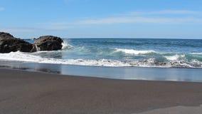 Praia preta da areia - céu azul, oceano, acena - seascape filme