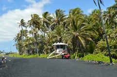 Praia preta da areia com as torres de vigia da praia imagens de stock royalty free