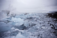 Praia preta da areia com gelo Imagens de Stock Royalty Free