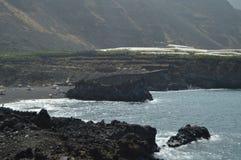 Praia preta da areia com uma grande pedra em seu interior em NAO de Puerto na cidade de Los Llanos O curso, natureza, ajardina 11 fotografia de stock royalty free