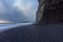 A praia preta da areia de Reynisfjara Fotos de Stock Royalty Free