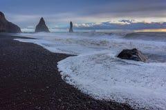 A praia preta da areia de Reynisfjara Imagem de Stock