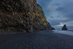 A praia preta da areia de Reynisfjara Foto de Stock Royalty Free