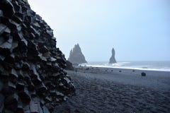 A praia preta da areia de Reynisfjara Fotos de Stock