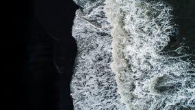 A praia preta da areia em Islândia Vista aérea e vista superior beaut fotografia de stock