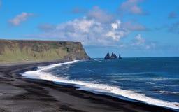 Praia preta da areia em Vik imagem de stock