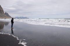 Praia preta da areia, Islândia Fotografia de Stock