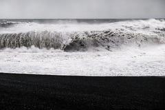 Praia preta da areia - Islândia Imagem de Stock