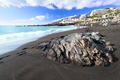 Praia preta da areia na rocha molhada da Espanha da ilha de Tenerife foto de stock