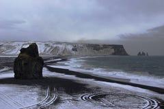 Praia preta de Islândia perto do vik imagem de stock royalty free