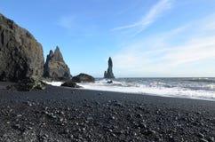 Praia preta vulcânica da rocha em Vik Iceland do sul Fotografia de Stock