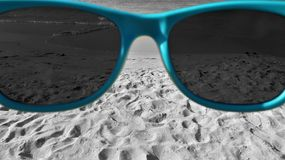 Praia preto e branco vista através de meus óculos de sol azuis Fotos de Stock