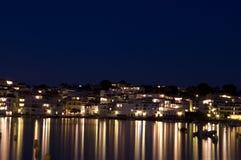 Praia principal de Cadaques, com as HOME iluminadas. imagem de stock royalty free