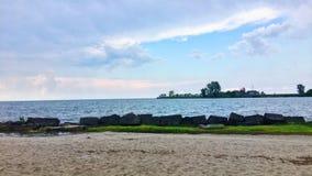 Praia privada que olha para fora no lago Fotografia de Stock
