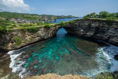 Praia quebrada na ilha de Nusa Penida fotografia de stock
