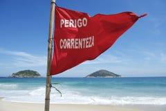 Praia Rio de janeiro Brazil de Ipanema do perigo da bandeira vermelha foto de stock royalty free