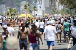 Praia Rio Summer Crowd de Posto 9 Ipanema Imagens de Stock