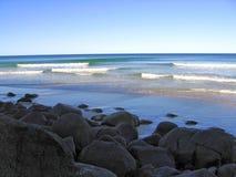 Praia rochosa Fotos de Stock
