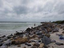 Praia rochosa foto de stock royalty free