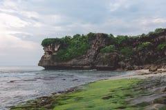 Praia rochosa Balangan, ilha de Bali, Indonésia imagem de stock