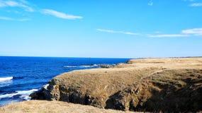 Praia rochosa da costa imagem de stock
