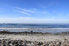 Praia rochosa e mar fotos de stock