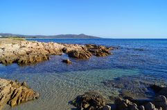 Praia rochosa e montanha Fotografia de Stock