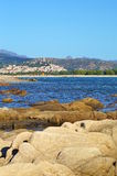 Praia rochosa e vila nas montanhas foto de stock