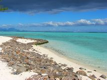 Praia rochosa em Bora-Bora, Polinésia francesa fotografia de stock