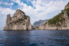 Praia rochosa entre as rochas na ilha de Capri foto de stock royalty free